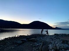 Okanagan lake, kids playing statue - sunset
